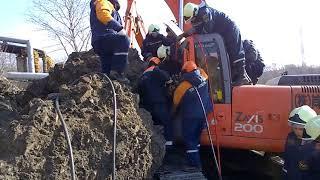 Бетонная глыба упала на экскаватор во Владивостоке