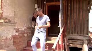 Житель Энгельса попросил журналистов остановить снос его дома