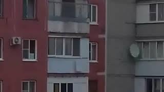 По крыше ставропольской 10 этажки, с которой упал мужчина, бегают школьницы