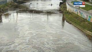 Огромные масляные пятна на реке в центре города заметили Омичи