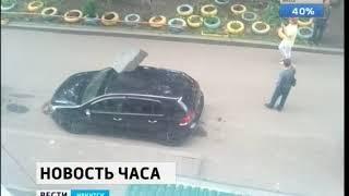 Кровельный лист пробил крышу припаркованного автомобиля на улице Трудовая в Иркутске