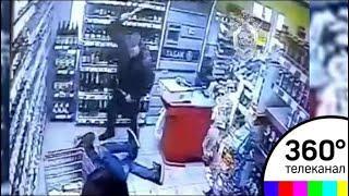 Камеры сняли на видео, как мужчина жестоко избил битой москвича в магазине