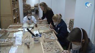 Участники научной конференции проходят практику по воссозданию уникальных новгородских фресок