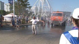 В Волгограде перед матчем Японии и Польши болельщиков обливают питьевой водой