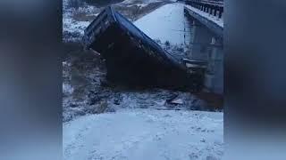 Фура упала с моста, погибший водитель застрял под обломками