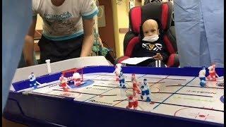 Хоккеисты Югры навестили детей больных раком