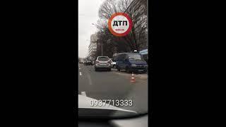 Масштабное пьяное (?) дтп в Киеве на Васильсковской:Тойота Камри на высокой скорости протаранила авт