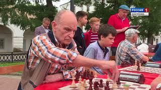 У фонтана в центре Костромы ветераны устроили шахматный турнир под открытым небом