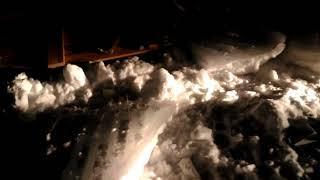 Глыба смерзшегося снега упала с крыши дома на улице Емельянова в Южно-Сахалинске