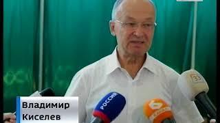 Голосует Киселев