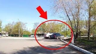 ДТП на выезде с АЗС на перекрестке Дружбы и Алебашевской. Яндекс Такси и Ауди.