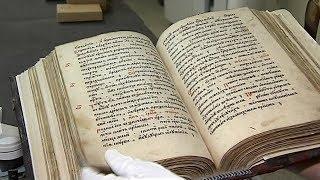 Ровесница Сургута: журналистам ОТРК «Югра» показали древнюю печатную книгу
