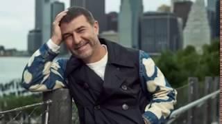 У книжной полки Евгений Гришковец