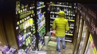 Парень ворует алкоголь из воронежского магазина