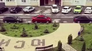 Неизвестные в Ставрополе разбили стулом стекло автомобиля на стоянке