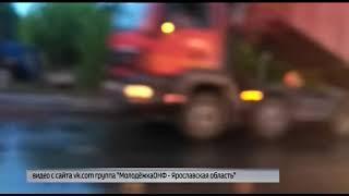 В Заволжском районе Ярославля дорожники укладывали асфальт прямо в лужи