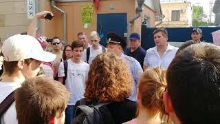 Полицейский обещает отпустить задержанных в Воронеже 5 мая