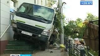 Мусоровоз врезался в жилой дом в Иркутске