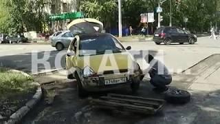 Дорожная яма в Автозаводском районе поставила водителя в неудобное положение