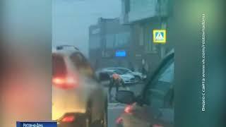 В соцсети попало видео: в центре Ростова коммунальщик черпает воду ведром