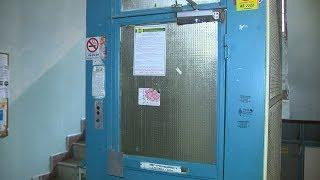 В многоэтажном доме Центрального района полтора года не работает лифт