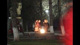 Девушки устроили перекур у Вечного огня в Минводах