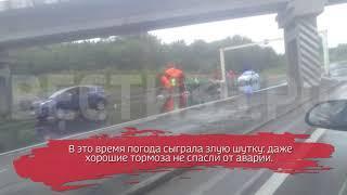 Мусоровоз занесло на сырой дороге: есть пострадавший