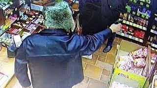 Грабитель с пистолетом ворвался в продуктовый магазин в Ярославле