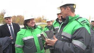 Радию Хабирову подарили миниатюрную цистерну с очищенной водой
