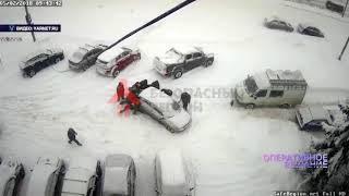 ВИДЕО: Коммунальщики отодвинули мешавшую им машину