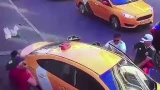 Такси врезалось в пешеходов в центре Москвы