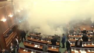 В Косово депутаты распылили слезоточивый газ в парламенте