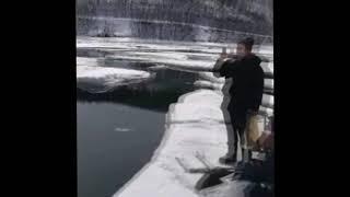 Магаданские спасатели эвакуировали семерых рыбаков с треснувшей льдины