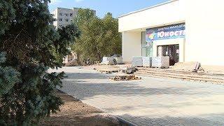 В Волжском благоустраивают территорию вокруг дворца молодежи «Юность»