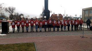 Калачевцы выпустили в небо белые шары в память о погибших в Кемерове