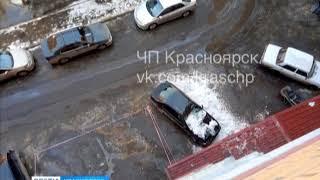Снежная глыба обрушилась на припаркованный автомобиль у многоэтажного дома в Красноярске