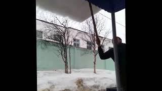 Опасный снежный козырек угрожал  жизни жителей одного из домой Магадана