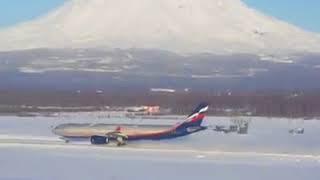 В аэропорту на Камчатке самолет поднял в небо снежную пыль