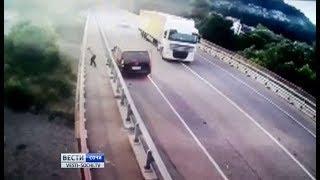 Водитель минивэна спрыгнул с моста после ДТП и погиб