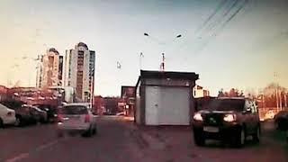 Водители в Ярославле объезжают пробку через остановку транспорта