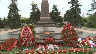 Волгоградцы почтили память защитников Отечества у Вечного огня на площади Павших борцов