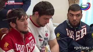 Владимир Васильев встретил в аэропорту дагестанских борцов-вольников