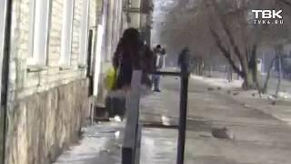 Красноярка выбрасывает мусор под ноги прохожим