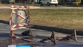 На кольце на улице Донского в Калининграде появилась яма глубиной в тридцать сантиметров
