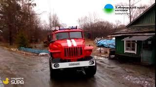 Пожарные на месте крушения вертолета в Хбаровске