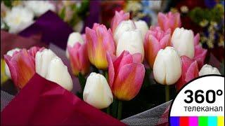 8 марта близко: москвичи выстроились в очередь за цветами