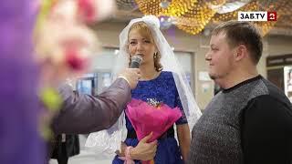 Несколько пар из Читы поженились в торговом центре