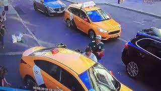 Таксист въехал в толпу