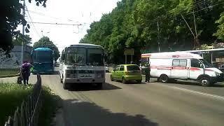 Троллейбус в Ставрополе снёс забор и врезался в дерево